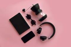 Stilvolle schwarze Sonnenbrille, Smartphone, Kopfhörer, Kaffeemühle a Stockbilder