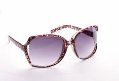 Stilvolle Sonnenbrillen auf Weiß Stockfotos