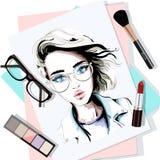 Stilvolle Tabelle stellte mit Hand gezeichnetem Frauenporträt, -papieren, -lippenstift, -brillen, -bürste und -lidschatten ein sk stock abbildung