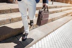 Stilvolle tragende Handtasche der männlichen Person stockbild