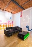 Stilvolle und entworfene Wohnung Stockbild