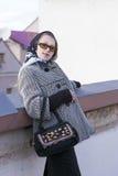 Stilvolle und moderne kaukasische blonde Frau in der Stadt draußen Lizenzfreie Stockbilder