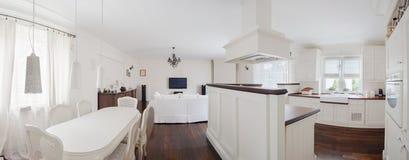 Stilvolle Villa im Weiß Lizenzfreie Stockfotografie