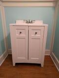 Stilvolle weiße Badezimmer-Eitelkeits-Einheit lizenzfreie stockbilder