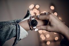 Stilvolle weiße Uhr auf Frauenhand stockfoto