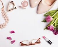 Stilvolle weibliche acessories und rosa Tulpen Lizenzfreie Stockfotografie