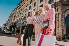 Stilvolle weibliche Pensionäre verbringen Zeit zusammen lizenzfreie stockfotos