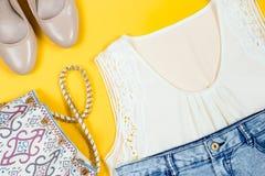 Stilvolle weibliche Sommerkleidungssammlung obenliegend Stockbild