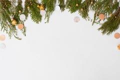 Stilvolle Weihnachtszusammensetzung Tannenzweige und Weihnachtsdekorationen auf weißem Hintergrund Draufsicht der flachen Lage lizenzfreie stockfotografie