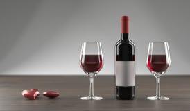 Stilvolle Wein-Flasche, Herzen und Glas voll des Weins Lizenzfreies Stockfoto