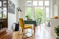 Stilvolle Wohnungsdekoridee, eklektische Küche mit Balkon stockbilder