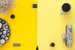 Stilvoller Arbeitsplatz Flache Lage Kaffee, Kamera, Negative Stockbild