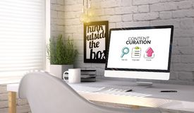 Stilvoller Arbeitsplatz mit Computer mit zufriedenem curation Konzept an lizenzfreie stockfotografie