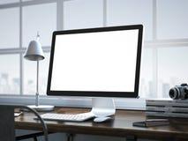 Stilvoller Arbeitsplatz mit modernem Computer im Dachbodeninnenraum Lizenzfreies Stockbild