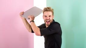 Stilvoller Auftritt des Kerls, der während Arbeitslaptop wütend geht Die ärgerliche Anzeige, die Marken auf Internet fördert, läs lizenzfreie stockbilder