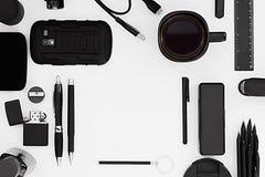 Stilvoller Büroarbeitsplatz im Schwarzen auf einem weißen Hintergrund Lizenzfreie Stockfotografie