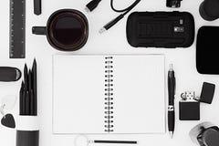 Stilvoller Büroarbeitsplatz im Schwarzen auf einem weißen Hintergrund Männliche strenge Art darstellung Feld Unbelegtes Notizbuch Stockbild