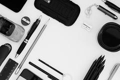 Stilvoller Büroarbeitsplatz im Schwarzen auf einem weißen Hintergrund Männliche strenge Art darstellung Feld Unbelegtes Notizbuch Lizenzfreies Stockbild