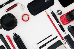 Stilvoller Büroarbeitsplatz in Schwarzem und in Rotem auf einem weißen Hintergrund Männliche strenge Art darstellung Feld Unbeleg Lizenzfreie Stockfotografie
