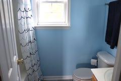 Stilvoller Badezimmer-Entwurf und Dekor stockfotografie