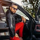 Stilvoller Bartgutaussehender mann in einem Motor- Modeporträt im Freien Lizenzfreies Stockfoto