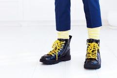 Stilvoller Blick von Lacklederhalbstiefeln mit gelben Spitzeen und von Socken am Jungen Stockfotos