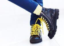 Stilvoller Blick von Lacklederhalbstiefeln mit gelben Spitzeen und von Socken am Jungen Lizenzfreies Stockfoto