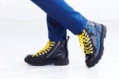 Stilvoller Blick von Lacklederhalbstiefeln mit gelben Spitzeen und von Socken am Jungen Stockfotografie