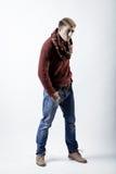 Stilvoller blonder Mann in der Strickjacke, im Schal und in den Jeans Lizenzfreie Stockfotos