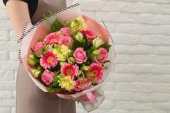 Stilvoller Blumenstrauß von rosa Blumen stockfotos