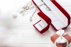 Stilvoller Diamantring in roten Präsentkarton und Luxusschmuck acces Stockfotografie