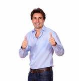 Stilvoller erwachsener Mann, der Pluszeichen gestikuliert Lizenzfreie Stockbilder