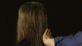 Stilvoller Friseur spritzt Wasser auf dem Haar einer Schönheit, Zeitlupe stock footage