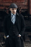 Stilvoller Gangstermann, der auf Hintergrund der Eisenbahn aufwirft England herein Lizenzfreie Stockbilder
