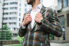 Stilvoller Geschäftsmann, der auf Straße steht lizenzfreie stockbilder