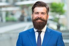 Stilvoller Geschäftsmann des Mannes Erfolgreich und motiviert für Erfolg Moderner Anzug der bärtigen Abnutzung des Geschäftsmanne lizenzfreie stockfotografie