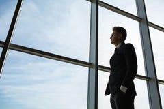 Stilvoller Geschäftsmann im Hintergrund von einem großen Stockfoto