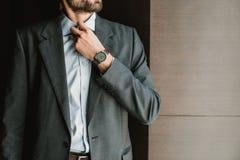Stilvoller Geschäftsmann knöpft herauf sein Hemd lizenzfreie stockfotografie