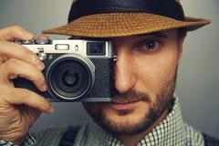 Stilvoller gutaussehender Mann mit Kamera Lizenzfreie Stockfotografie