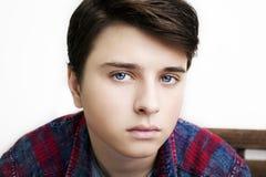 Stilvoller hübscher junger Mann Atelieraufnahme auf weißem Hintergrund Lizenzfreie Stockbilder