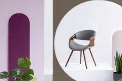 Stilvoller h?lzerner grauer Stuhl im modernen abstrakten Innenraum stockbilder