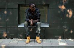 Stilvoller junger afrikanischer Mann in der Stadt Stockfotos