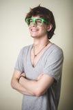 Stilvoller junger blonder Hippie-Mann Stockfotografie