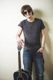 Stilvoller junger blonder Hippie-Mann, der Gitarre spielt Lizenzfreie Stockfotografie