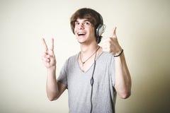 Stilvoller junger blonder Hippie-Mann, der Musik hört Stockbilder