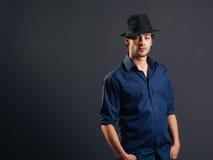 Stilvoller junger gutaussehender Mann Stockfotografie