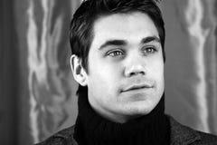 Stilvoller junger Mann stockfoto