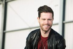 Stilvoller junger Mann, der draußen lächelt Lizenzfreies Stockbild