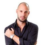 Stilvoller junger Mann, der schwarzes Hemd trägt und Kamera betrachtet Lizenzfreie Stockfotografie