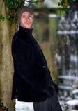 Stilvoller junger Mann im Schneewinterporträt Stockfotos